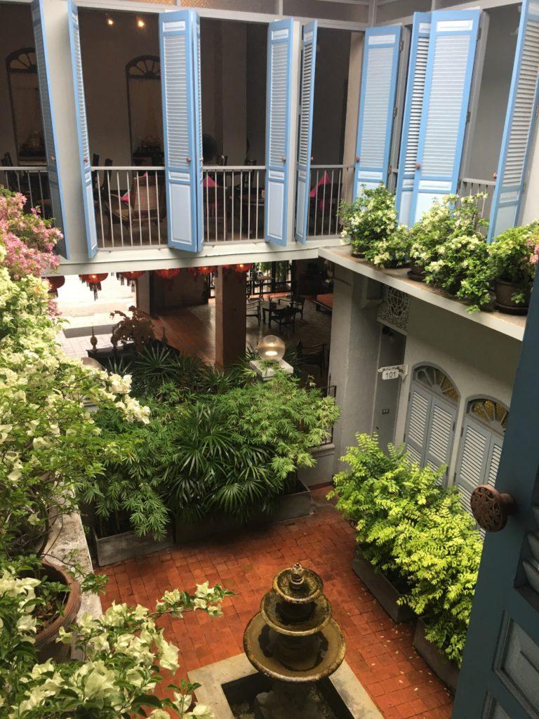 Dettaglio cortile interno. hotel-a-phuket-town