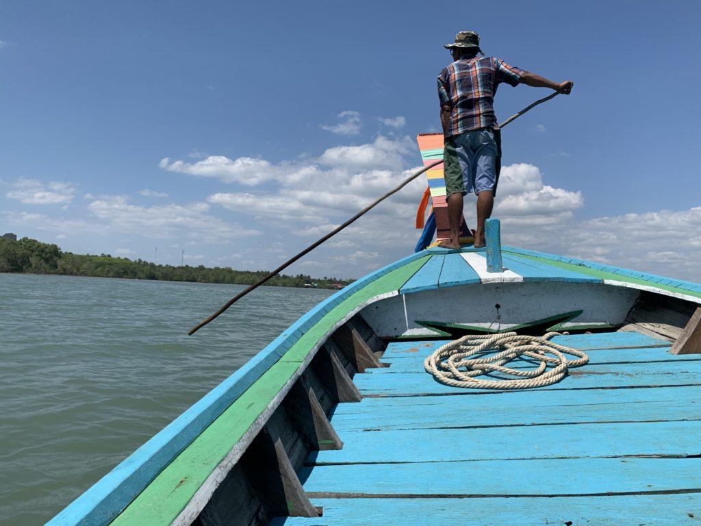 pescatore sulla barca boh Libong Thailandia