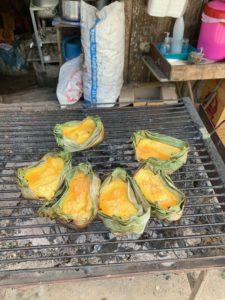 frittata su foglie di banano alla griglia