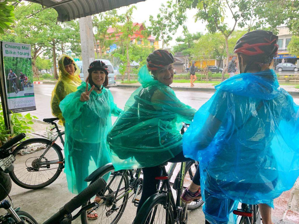 Le ragazze pronte alla partenza in bici sotto la pioggia