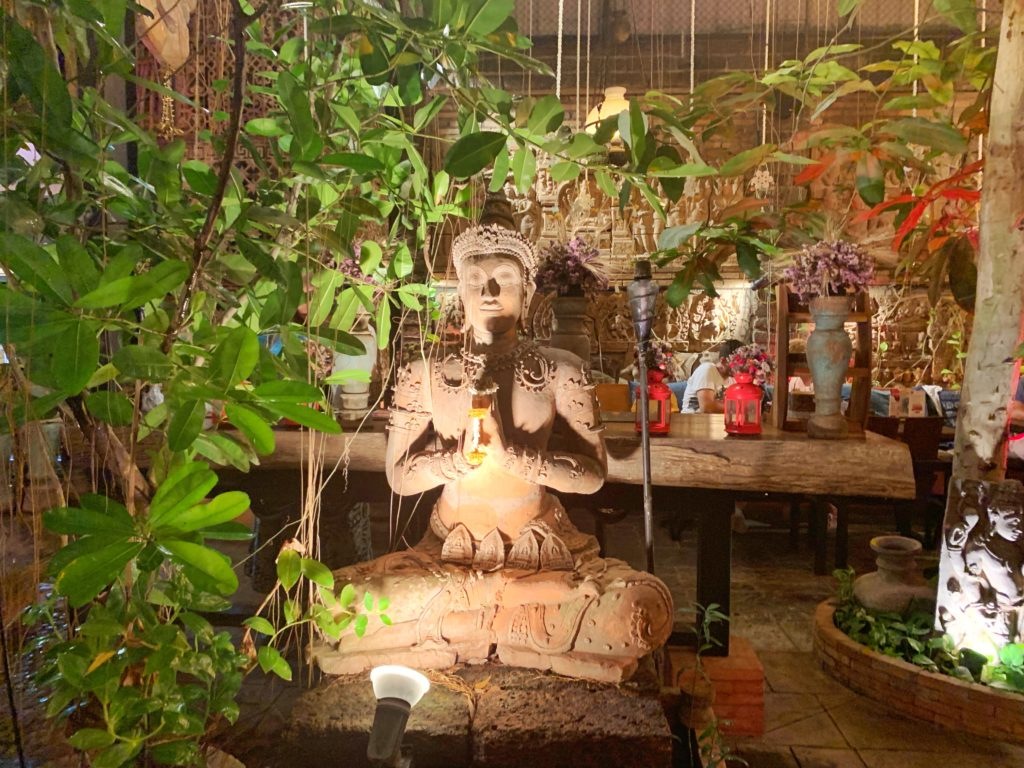 statua situata in un locale a Chiang Mai