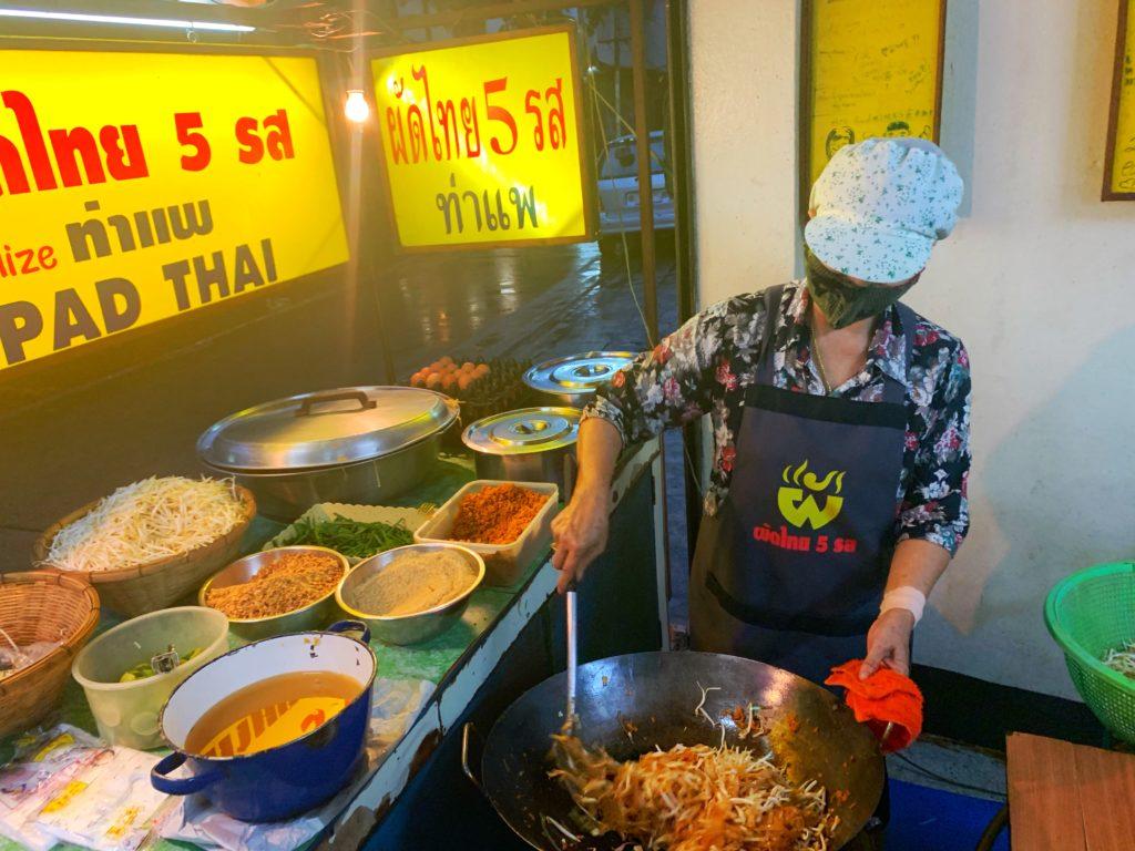 Signora che prepara il Pad Thai