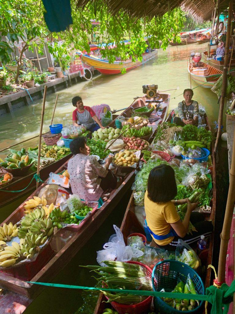 Il mercato galleggiante: persone sulle barche