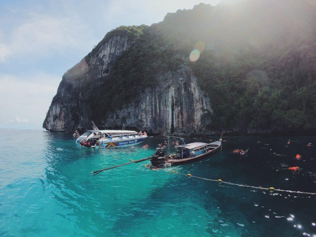 Barca a Coda lunga nella baia: Phi Phi island: Tour completo con bagno con il plancton luminescente