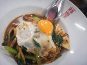 piatto di Hakkien con uovo